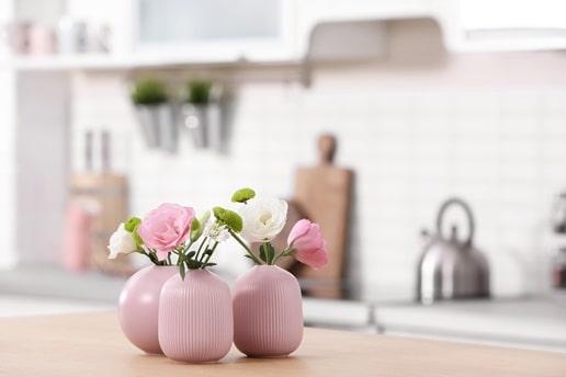 Nu schimba mobila, cumpără flori!